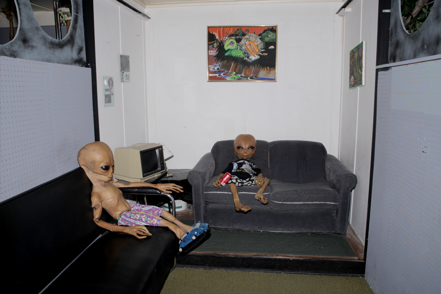 11.ALIENSONTHECOUCH